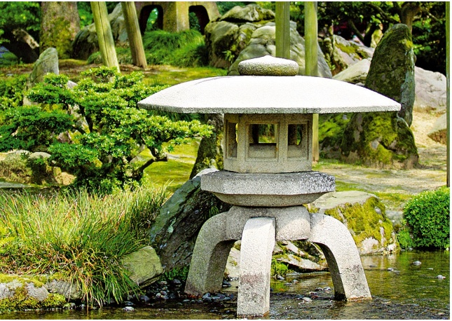 The gallery for japanese garden lanterns for Japanese stone garden